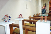 Rund 40 Glasobjekte zeigt Künstler Wilfried Markus noch bis Ende Oktober in der Mauritiuskapelle in Nordschwaben.