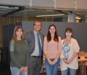 Oberbürgermeister Klaus Eberhardt bedankte sich ganz herzlich bei den Auszubildenden Nadine Roser, Chantal Rümmelin und Jennifer Canic für die Organisation des dritten Gesundheitstages für die städtischen Mitarbeiter.