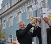 Der baden-württembergische Minister für Tourismus und Europa legte selbst Hand an, um den letzten Wegweiser in Rheinfelden zu montieren.