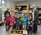 Tafelladenleiter Harald Höhn (Mitte) freute sich über die Spenden des Bildungshauses Eichsel.