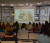 """Gebannt verfolgten die Kinder das Bilderbuchkino """"Einer für Alle – Alle für Einen!"""" mit der Vorleserin Silvia Merkt im Rahmen der Aktion """"Lesestart""""."""