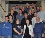 """Bürgermeisterin Stöcker bedankte sich persönlich bei allen Blutspendern. Thomas Erlitz (vorne links) erhielt die Blutspender-Ehrennadel in """"Gold mit goldenem Eichenkranz und eingravierter Spendenzahl 100""""."""