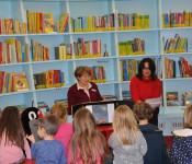 """Bücherwurm-Adventskalender: Andrea Strecker, Leiterin der Stadtbibliothek, und Svetlana Morozova stimmten die Kinder mit der Geschichte """"Kleiner Löwe, willst du den König sehen?"""" auf Weihnachten ein."""