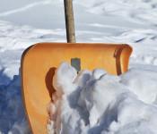 Straßenanlieger sind im Winter verpflichtet, Gehwege und andere, dem öffentlichen Fußgängerverkehr gewidmete Flächen von Schnee und Eis freizuräumen.