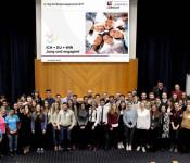 """Mit dem Tag des Bürgerengagements würdigt der Landkreis jedes Jahr ehrenamtliche Projekte. Unter dem Motto """"Ich + Du = Wir - Jung und engagiert"""" wurden 2017 zehn Projekte geehrt, bei denen sich Jugendliche aktiv für eine lebendige Gesellschaft einsetzen."""