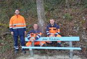 Baubetriebshofleiter Matthias Huber (l.) freut sich über die von Uwe Röschke (Mitte) und Patrick Tarnowski neu gestalteten Bänke. Es fehlt: Guiseppe Pepe.