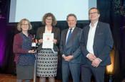 Gaby Dolabdjian, Erika Höcker (v. l.) und Oberbürgermeister Klaus Eberhardt (r.) freuten sich über die Auszeichnung aus den Händen von Landesumweltminster Franz Untersteller.