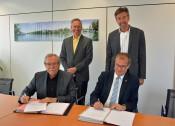 Rolf Brugger (v. l.) und Klaus Eberhardt (v. r. ) unterzeichneten im Beisein von Ralf Kaufmann (h. l.) und Wolfgang Lauer (h. r.) den Städtebaulichen Vertrag zum Bebauungsplan Kapuzinerstraße.