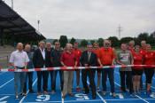 Im Beisein der Rheinfelder Laufclubs übergab Oberbürgermeister Klaus Eberhardt gemeinsam mit dem Vorsitzenden des Stadtsportausschusses Dieter Wild die neue Kunststofflaufbahn an den Sport, allen voran an Thomas Rist, den Leiter der Leichtathletikabteilun