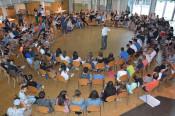 Oberbürgermeister Klaus Eberhardt stellt sich den Fragen der 150 Schüler.