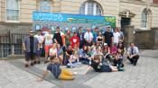 """Sechs Jugendliche aus Rheinfelden nahmen am diesjährigen Jugendcamp der Partnerstädte in Vale of Glamorgan teil. Gemeinsam sprayte die Gruppe ein Graffiti zum Thema """"Städtepartnerschaft""""."""