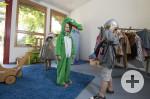 Kinder spielen im Verkleidungsraum