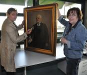Restauratorin Valeria Scholz (links) und Dr. Sabine Diezinger, Leiterin des städtischen Archivs, mit dem Portrait von Rudolf Vogel.