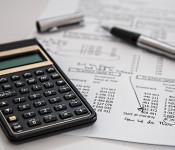 Taschenrechner und Datenblatt