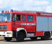 Ein Feuerwehrfahrzeug, unterwegs.