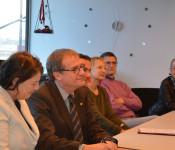 Oberbürgermeister Klaus Eberhardt unterschreibt die Baugenehmigung für Fisher Clinical Services in Anwesenheit von Astrid Frank, Managerin der europäischen Niederlassungen von Fisher Clinical Services.