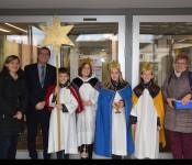 Pastoralreferentin Simone Zimmermann von der römisch katholischen Kirchengemeinde besuchte mit vier  Sternsingerkindern und Hannelore Schweizer Oberbürgermeister Klaus Eberhardt.