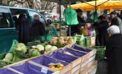 Blick auf einen Stand beim Wochenmarkt