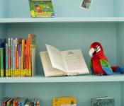 Blick in ein Bücherregal in der Lese-Insel der Stadtbibliothek