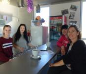 Laura Gutmann, Emira Metaj fühlen sich von Stefanie Franosz (vorne rechts) und Stefanie Behringer (hinten rechts) gut betreut und freuen sich über die Möglichkeit, ihre Ideen einzubringen.