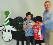 Kulturamtsleiter Claudius Beck (rechts) ermittelt mit Hilfe des Glücksboten Toni Santini  die glücklichen Gewinner der kostenlosen Kinder-Theaterkarten.