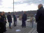 Oberbürgermeister Klaus Eberhardt erläuterte den Gästen vor Ort unter anderem die Historie des Rheinfelder Wasserkraftwerks.