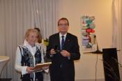 Hannelore Nuß wurde von Oberbürgermeister Klaus Eberhardt mit der Staufermedaille des Landes Baden-Württemberg ausgezeichnet.