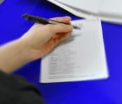Symbolbild - Eine Wahlliste wird ausgefüllt.