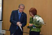 Oberbürgermeister Klaus Eberhardt verabschiedet Cornelia Rösner in den Ruhestand.