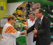 Ein Blumengruß von Oberbürgermeister Klaus Eberhardt für Helga Schütz und ihre Tochter Sabine Schütz-Baumgartner anlässlich des letzten Öffnungstages ihres Minselner Edekas.