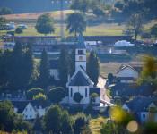 Blick auf die katholische Kirche in Minseln.