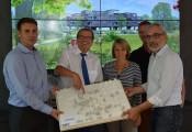 Wohnbaugeschäftsführer Markus Schwamm, Oberbürgermeister Klaus Eberhardt, Irene Lorenz und Thorsten Braatz vom Bürgerheim sowie der Architekt Andreas Rogg freuen sich auf die Zusammenarbeit.