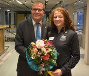 Oberbürgermeister Klaus Eberhardt gratulierte der Ringerin Elena Brugger zu Gold bei den deutschen Freistil-Meisterschaften der Frauen.