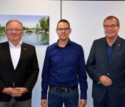 Oberbürgermeister Klaus Eberhardt (rechts) und Hauptamtsleiter Hanspeter Schuler (links) begrüßen den neuen Bäderbetriebsleiter Daniel Klein in Rheinfelden (Baden).