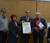 Armin Zimmermann (Amtsleiter), Cornelia Rösner (ehem. Amtsleiterin), Oberbürgermeister Klaus Eberhardt, Kurt Lacher (Netzwerk Familie BaWü) und Bürgermeisterin Diana Stöcker freuen sich gemeinsam über die Auszeichnung.