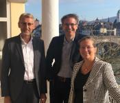 Bürgermeisterin Diana Stöcker (rechts) und Bundestagsabgeordneter Armin Schuster (links) mit dem Referenten Gerald Knaus (Mitte).