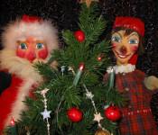 Kasper und der Weihnachtsmann mit einem Tannenbaum.