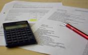 Symbolbild Haushalt - Taschenrechner, Liste und Stift