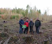 Klimaschutzmanager Frank Philipps mit den Lehrerinnen Carina Schlageter und Stefanie Redmann von der Gertrud-Luckner-Realschule sowie Revierförster Thomas Hirner (von links) vor der zu bepflanzenden Fläche.