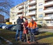 Ortsvorsteher Frank-Michael Littwin (links) und Stadtgärtnerei-Leiter Hans-Georg Bruttel (rechts) freuen sich über das Baumgeschenk von Elisabeth Schmidt-Brücken.