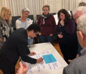 """Bereits bei der ersten Informationsveranstaltung zum geplanten """"Werte-Jahr 2020"""" sprudelten die Teilnehmer vor Ideen und Anregungen. Dario Rago, der Leiter der Stabsstelle Integration und Flüchtlinge, hielt alles auf Papier fest."""