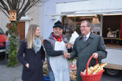 Alle Jahre wieder: Über das kleine Dankeschön aus dem Rathaus - überreicht von OB Klaus Eberhardt und Coralie Stöcklin (Grundstücksabteilung) -  für ihre Treue freuten sich die Marktbeschicker auch in diesem Jahr.