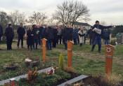 Bevor sich die Teilnehmer im Hertener Rathaus zusammen setzten, um über die Umgestaltung des Friedhofs Herten / Degerfelden zu sprechen, besichtigten sie die Ruhestätte zunächst vor Ort.