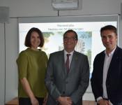 Annette Koller (Wohnbau), Oberbürgermeister Klaus Eberhardt und Wohnbaugeschäftsführer Markus Schwamm freuen sich über die Investitonen in die Zukunft.