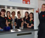 Desiree Stupiello, Stefania Lapello, Eva Pöschel, Albina Kurti und Sabina Emini (von links) mit Lehrerin Nadine Süss.
