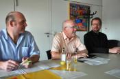 Michael Schwarz (links), Bürgermeister Rolf Karrer und Erik Fiss