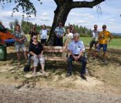 """Über die gute Resonanz der altersgerechten Sitzgelegenheit freuten sich die Vertreter des Stadtseniorenrates, Karin Schwarz-Marty und Dieter Kautzmann, und nahmen gerne Platz """"auf ihrer Bank""""."""