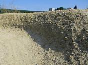 Durch den fehlenden Verbund im Kiesmaterial sind die Steilwände stark abgefahren.