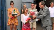 Oberbürgermeister ehrt Ruderer: Luisa Gathmann (im Hintergrund) und stellvertretend für ihren Sohn Josha Holl nimmt Mutter Holl das Präsent entgegen.