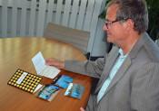 Oberbürgermeister Klaus Eberhardt freut sich über die Grußbotschaft des SSV Grenzach.